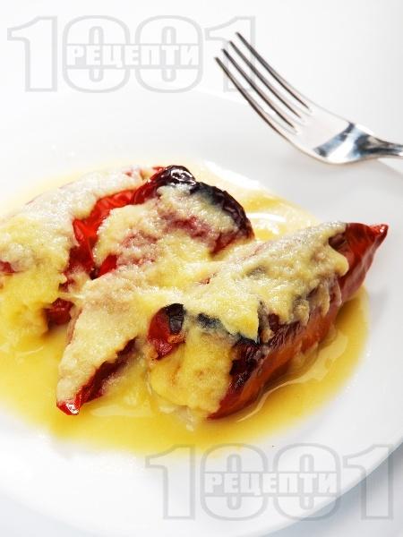 Постни печени червени чушки (пиперки), пълнени с гъби, праз и булгур и бял сос на фурна - снимка на рецептата